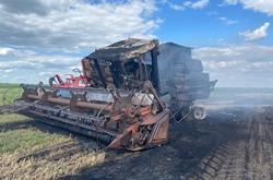 В одном из полей Новоодесского района, прямо во время работы сгорел комбайн (Фото)