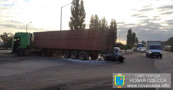 На трассе между Новой Одессой и Николаевом водитель на легковушке влетел в фуру (Фото)